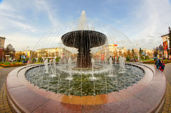 喷泉在克麦罗沃市的中心 库存图片