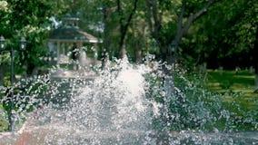 喷泉在公园在阳光下庭院房子的 股票录像