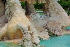 喷泉在公园 飞溅倾吐从的在小河小河  在表面湖 在夏天 免版税库存照片