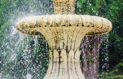 喷泉在公园 飞溅倾吐从的在小河小河  在表面湖 在夏天 库存图片