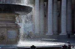 喷泉在圣彼得罗广场,梵蒂冈 库存图片