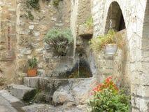 喷泉在圣徒guilhem le沙漠,herault的,朗格多克,法国一个村庄 免版税图库摄影