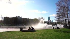 喷泉在城市公园 英尺长度 有喷泉的城市公园在一个美好的晴天 股票视频