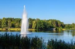喷泉在城市公园 库存照片