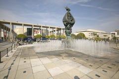 喷泉在多萝西杂货商亭子前面和音乐中心外视图在广场的在街市洛杉矶, Californi 免版税库存图片