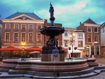 喷泉在夜城市霍林赫姆。荷兰 免版税库存图片