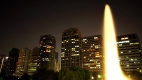 喷泉在夜间流逝的一个公园 股票视频
