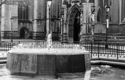 喷泉在布里斯托尔大教堂外面 库存照片