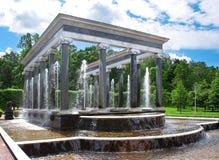 喷泉在庭院里。 免版税库存照片