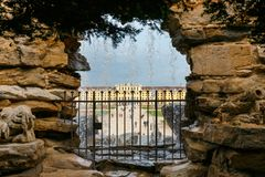 喷泉在庭院里在美泉宫在维也纳,奥地利 库存照片
