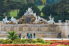 喷泉在庭院里在美泉宫在维也纳,奥地利 库存图片