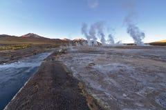 喷泉在日出的蒸气专栏 免版税库存图片