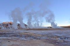 喷泉在日出的蒸气专栏 免版税库存照片