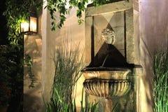 喷泉在晚上 库存照片