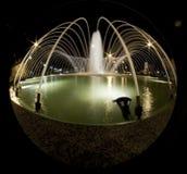 喷泉在晚上 免版税库存图片
