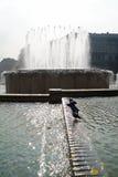 喷泉在有客人的米兰 库存照片