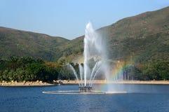 喷泉在有彩虹的一个公园 图库摄影