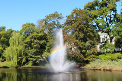 喷泉在有彩虹的湖 库存图片