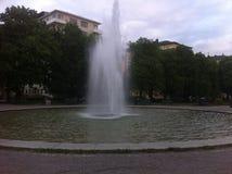 喷泉在有绿草的夏天公园 免版税库存照片