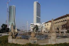 喷泉在朱利奥塞萨尔位置和CItylife新的摩天大楼;米兰,意大利 图库摄影