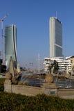 喷泉在朱利奥塞萨尔位置和CItylife新的摩天大楼;米兰,意大利 库存照片