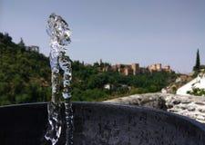 喷泉在格拉纳达,西班牙背景中  库存照片