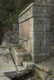 水 喷泉在森林 意大利 褶皱藻属 免版税库存图片