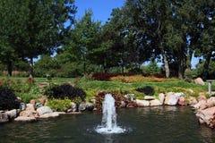 喷泉在植物园的一个池塘 免版税图库摄影