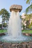 喷泉在水`的`石头 免版税库存图片