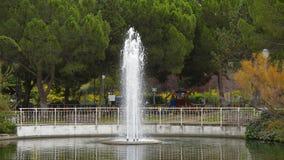 喷泉在池塘 免版税库存图片