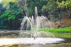 喷泉在池塘 图库摄影