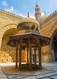 喷泉在清真寺的庭院里 免版税库存图片