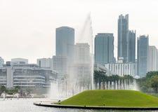 喷泉在现代城市公园 免版税库存照片