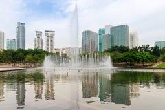 喷泉在现代城市 库存图片