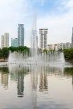 喷泉在现代城市 图库摄影