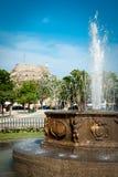 喷泉在科孚岛市(Kerkyra)的中心有在backgr的城堡的 库存图片