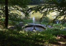 喷泉在绿色公园 免版税库存图片