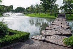 喷泉在绿色庭院里,走道 免版税库存照片