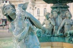 喷泉在罗西乌广场,在其中一个的特写镜头美人鱼雕象在Baixa邻里,里斯本,葡萄牙 库存照片