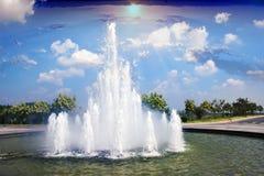喷泉在美丽的天空后的庭院里 免版税图库摄影