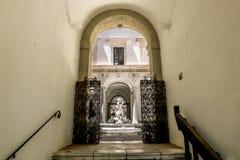 喷泉在考古学博物馆的庭院里Pa的 免版税库存照片