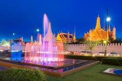 喷泉在鲜绿色菩萨前面的舞蹈展示在曼谷 库存图片