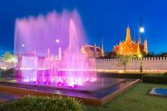喷泉在鲜绿色菩萨前面的舞蹈展示在曼谷 免版税图库摄影