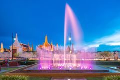 喷泉在鲜绿色菩萨前面的舞蹈展示在曼谷 免版税库存照片