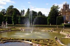 喷泉在Blenheim宫殿的一个kot庭院里在英国 库存图片