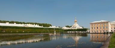 喷泉在Peterhof,圣彼德堡,俄罗斯 库存图片