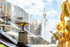 喷泉在Petrodvorets Peterhof,圣彼得堡,俄罗斯 库存图片