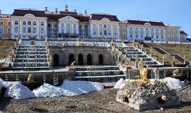 喷泉在Petrodvorets Peterhof,圣彼得堡,俄罗斯 库存照片