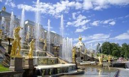 喷泉在Petrodvorets (Peterhof),圣彼德堡 免版税图库摄影