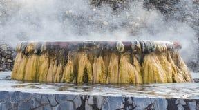 喷泉在Raksawarin公园的温泉城地标在Ranong, 免版税库存照片